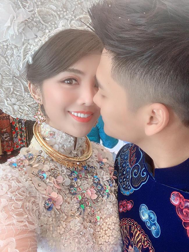"""Ăn hỏi Rich kid Hà Thành chỉ """"sương sương thế này thôi: Trang trí 100% hoa tươi trải dài, cô dâu vàng đeo không đếm xuể - Ảnh 3."""