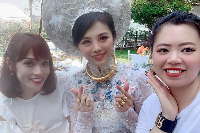 """Ăn hỏi Rich kid Hà Thành chỉ """"sương sương thế này thôi: Trang trí 100% hoa tươi trải dài, cô dâu vàng đeo không đếm xuể - Ảnh 4."""
