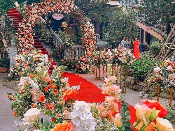 """Ăn hỏi Rich kid Hà Thành chỉ """"sương sương thế này thôi: Trang trí 100% hoa tươi trải dài, cô dâu vàng đeo không đếm xuể - Ảnh 6."""