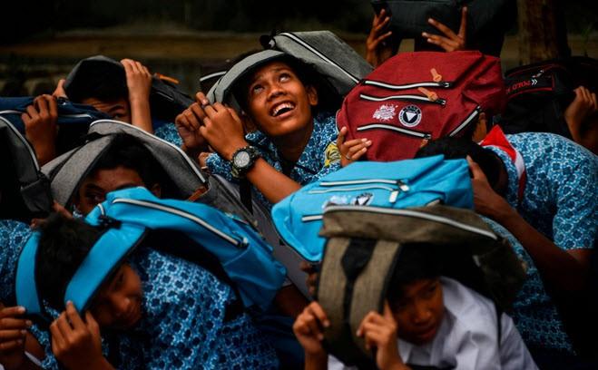 24h qua ảnh: Du khách chụp ảnh ruộng bậc thang vào vụ lúa chín ở Trung Quốc - ảnh 1