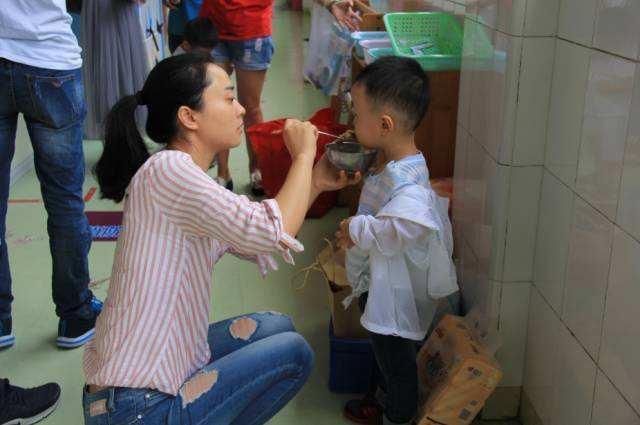 Con trai 4 tuổi đi học mẫu giáo bị sụt 3kg sau nửa tháng, mẹ tức giận hỏi tội cô giáo nhưng lại bẽ mặt vì lý do này - Ảnh 2.