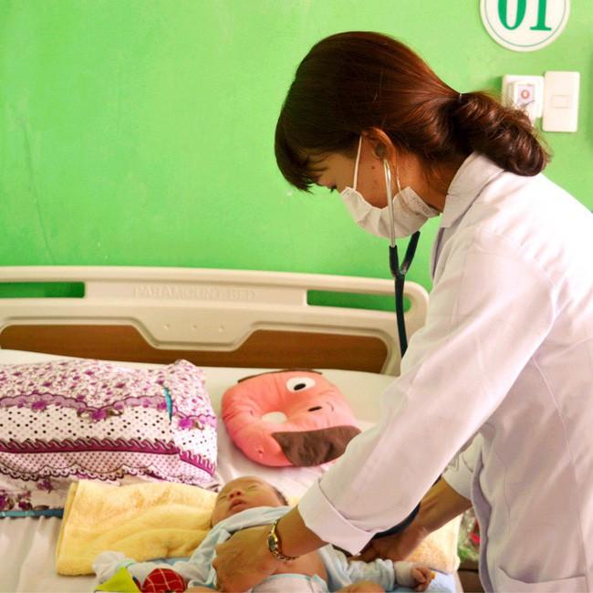 Nhiều trẻ nhập viện vì viêm phổi tái đi tái lại nhiều lần do thay đổi thời tiết, bác sĩ khuyến cáo những dấu hiệu cha mẹ cần đưa con đi khám - Ảnh 1.