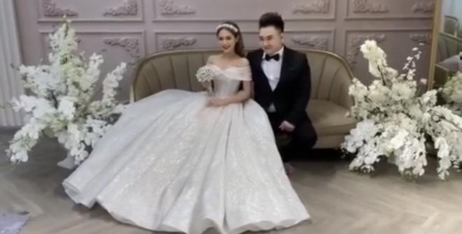 Lộ ảnh cưới của streamer giàu nhất Việt Nam Xemesis và cô dâu kém 13 tuổi sau màn khoe nhẫn đính hôn khiến dân tình dậy sóng - Ảnh 2.