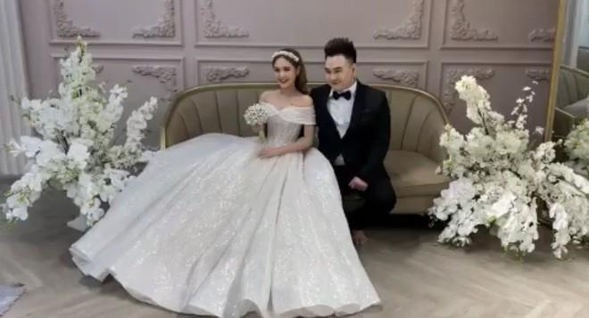 Lộ ảnh cưới của streamer giàu nhất Việt Nam Xemesis và cô dâu kém 13 tuổi sau màn khoe nhẫn đính hôn khiến dân tình dậy sóng - Ảnh 3.