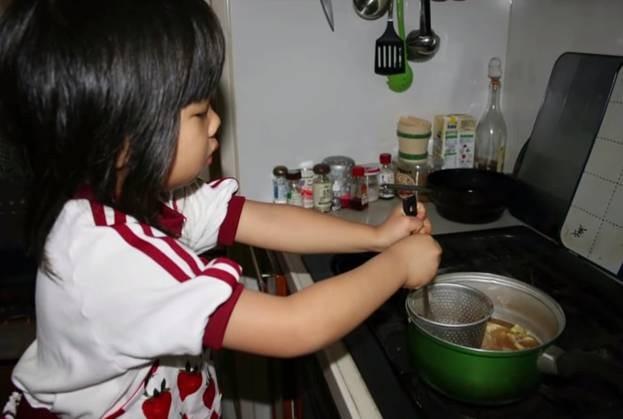 Bé gái từng gây xúc động khi 5 tuổi biết nấu ăn, làm việc nhà trước khi mẹ qua đời vì ung thư bây giờ ra sao? - Ảnh 1.