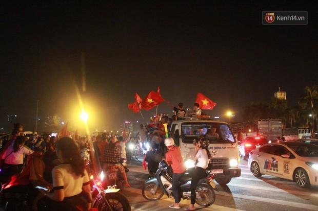 23h45 đường phố vẫn tắc nghẽn vì CĐV ăn mừng sau chiến thắng tuyển Việt Nam - Ảnh 1.