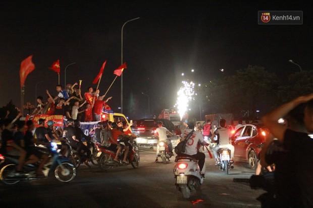 23h45 đường phố vẫn tắc nghẽn vì CĐV ăn mừng sau chiến thắng tuyển Việt Nam - Ảnh 2.