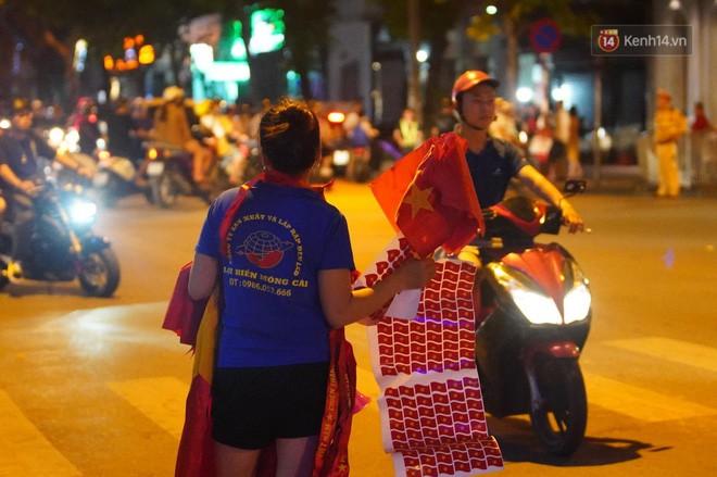 23h45 đường phố vẫn tắc nghẽn vì CĐV ăn mừng sau chiến thắng tuyển Việt Nam - Ảnh 12.