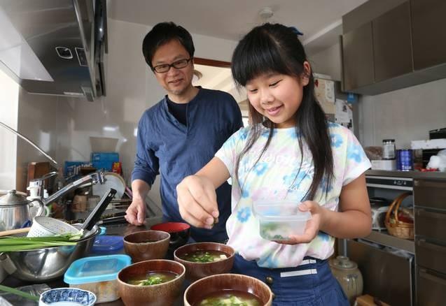 Bé gái từng gây xúc động khi 5 tuổi biết nấu ăn, làm việc nhà trước khi mẹ qua đời vì ung thư bây giờ ra sao? - Ảnh 11.