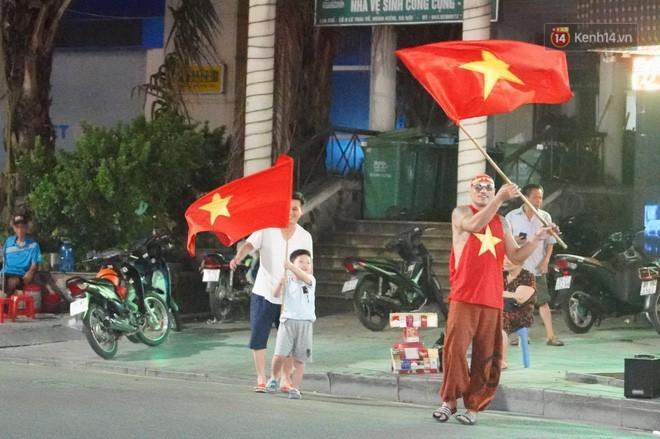 23h45 đường phố vẫn tắc nghẽn vì CĐV ăn mừng sau chiến thắng tuyển Việt Nam - Ảnh 13.
