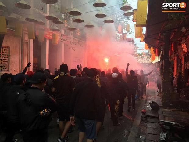 Bỏ ngoài tai lời cảnh báo, fan cuồng Malaysia check in bia hơi Hà Nội, đi lại rầm rộ trên đường phố thủ đô - Ảnh 4.
