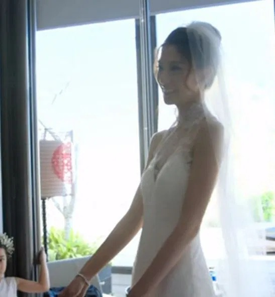 Cô dâu chi gần 30 triệu để mua hoa bài trí thử trước ngày cưới, thay đổi 4 bộ váy cưới gần 1 tỷ - Ảnh 7.