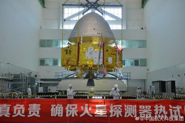 Trung Quốc lần đầu tiên công bố hình ảnh tàu thăm dò sao Hỏa - Ảnh 1.