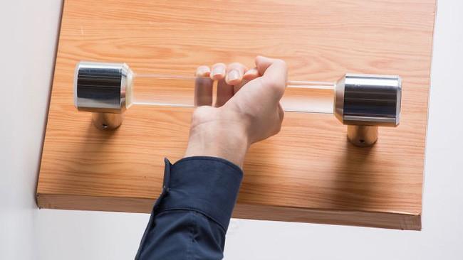 Sinh viên Trung Quốc phát minh ra tay nắm cửa tự khử trùng bằng tia cực tím - Ảnh 1.
