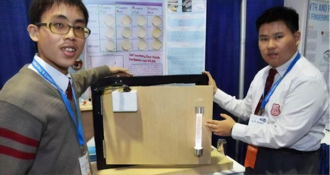Sinh viên Trung Quốc phát minh ra tay nắm cửa tự khử trùng bằng tia cực tím - Ảnh 2.