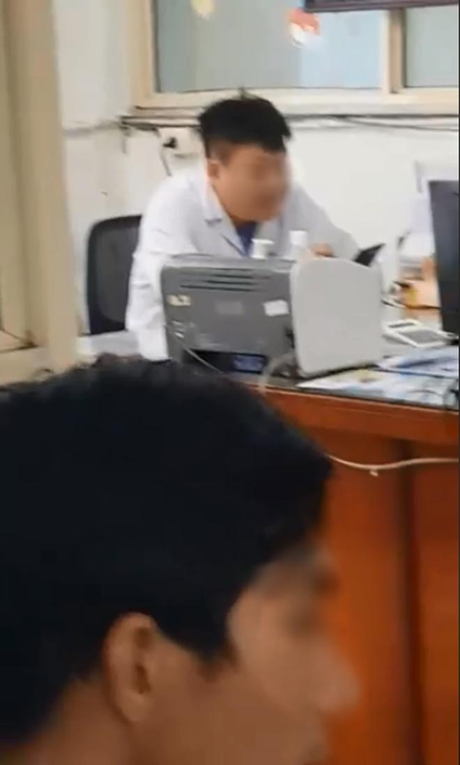 Xôn xao hình ảnh bác sĩ ngồi thản nhiên xem điện thoại dù bệnh nhân xếp hàng dài chờ đợi trong giờ hành chính - Ảnh 2.