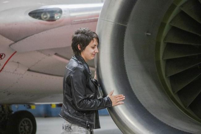 Cô gái tuổi băm 5 năm yêu Boeing 737: Chạm vào cánh máy bay là tôi vã mồ hôi và cảm thấy rạo rực - Ảnh 1.