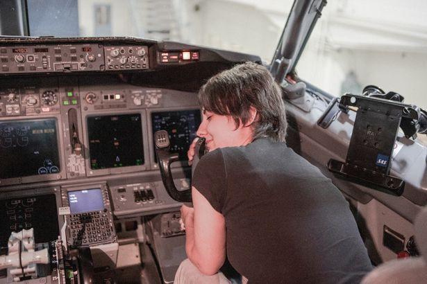 Cô gái tuổi băm 5 năm yêu Boeing 737: Chạm vào cánh máy bay là tôi vã mồ hôi và cảm thấy rạo rực - Ảnh 3.