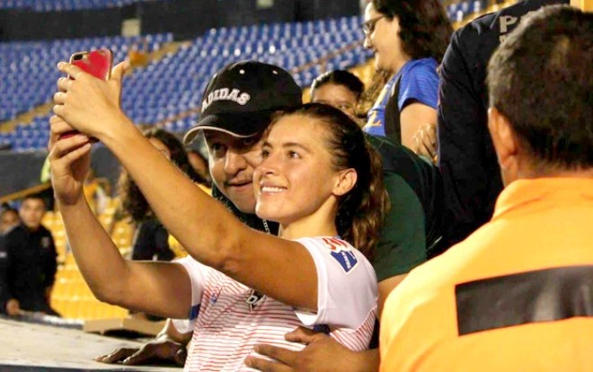 Sàm sỡ nữ cầu thủ lúc chụp hình, cổ động viên nam nhận cái kết đắng - Ảnh 1.