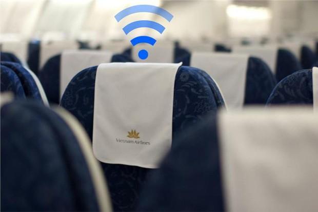 Vì sao máy bay luôn ghét khách dùng điện thoại, laptop nhưng vẫn cấp Wi-Fi thoải mái? - Ảnh 1.