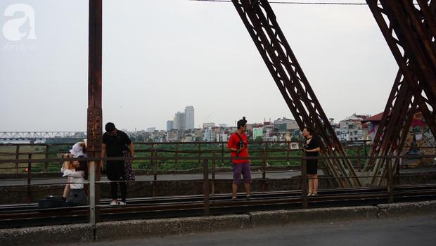 Hà Nội: Vứt tàn thuốc gây cháy dầm gỗ cầu Long Biên, nhóm nam thanh nữ tú vẫn vô tư chụp ảnh sống ảo trên đường ray - Ảnh 9.