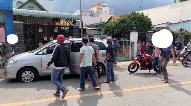 Cảnh sát nổ súng khống chế nhóm giang hồ đâm thuê chém mướn - Ảnh 1.