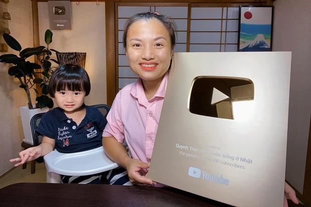 Nữ Youtuber người Việt ở Nhật khiến dân tình chú ý vì clip... chén cả nồi lẩu Thái khổng lồ trong siêu bão Hagibis: Trời đánh tránh bữa ăn chính là đây! - Ảnh 2.