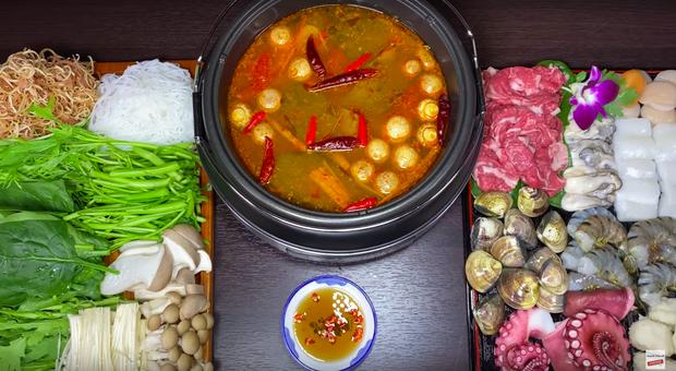 Nữ Youtuber người Việt ở Nhật khiến dân tình chú ý vì clip... chén cả nồi lẩu Thái khổng lồ trong siêu bão Hagibis: Trời đánh tránh bữa ăn chính là đây! - Ảnh 3.