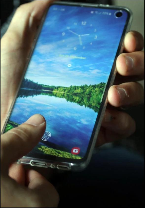 Mang Galaxy S10 đi dán màn hình xong, người phụ nữ hốt hoảng vì bất kỳ ai cũng có thể qua mặt vân tay siêu âm của máy - Ảnh 2.