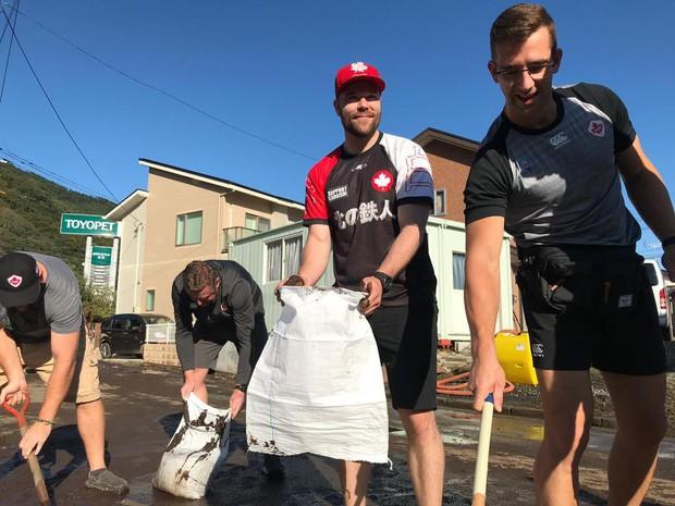 Ấm lòng khoảnh khắc đội tuyển Canada không ngại khó khăn, làm hết sức mình để giúp Nhật Bản khắc phục hậu quả của siêu bão Hagibis - Ảnh 1.