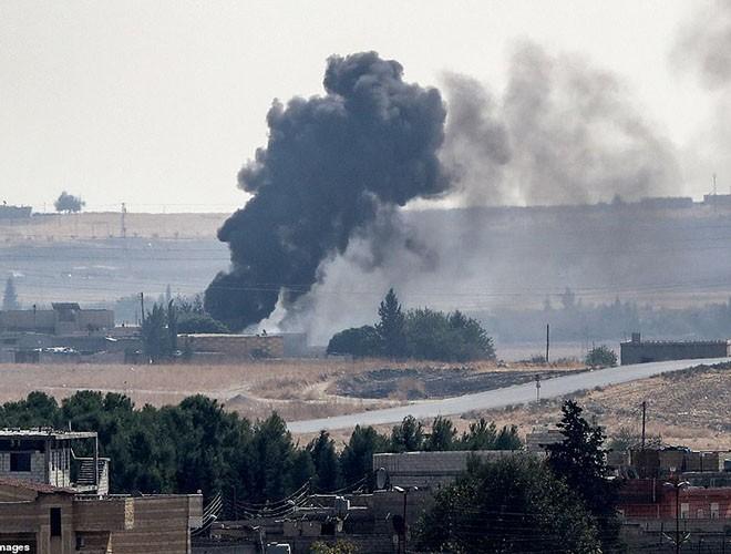 Quân đội Syria hợp lực với người Kurd, Thổ Nhĩ Kỳ tấn công xe chở người nước ngoài - Ảnh 1.
