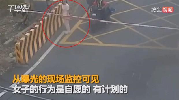 Người phụ nữ 27 tuổi tuyệt vọng quyết định tự tử, hình ảnh cô chạy lao ra đường ray nằm chờ xe lửa khiến ai cũng ám ảnh - Ảnh 1.