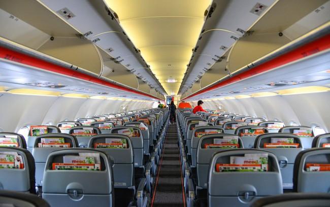 Gia đình vô tư thay tã, cho con nhỏ đi vệ sinh vào trong chai khiến máy bay bốc mùi y như toilet, hành khách phẫn nộ tột độ - Ảnh 1.