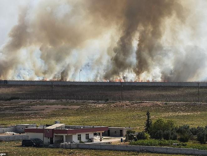 Quân đội Syria hợp lực với người Kurd, Thổ Nhĩ Kỳ tấn công xe chở người nước ngoài - Ảnh 12.