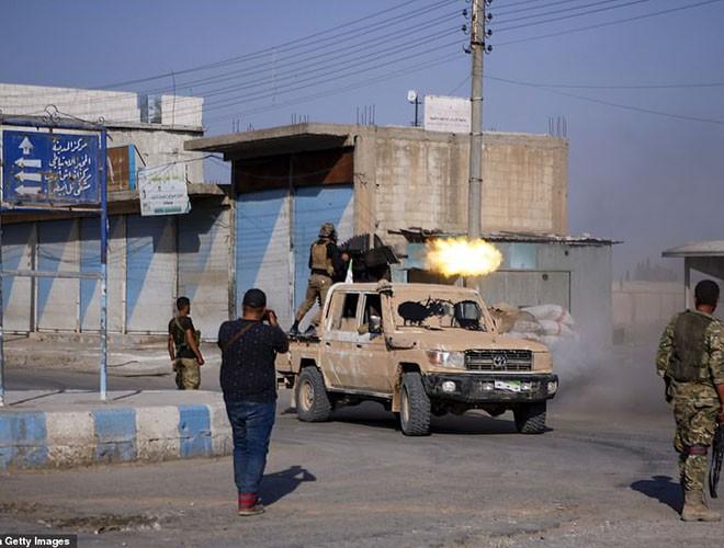Quân đội Syria hợp lực với người Kurd, Thổ Nhĩ Kỳ tấn công xe chở người nước ngoài - Ảnh 17.