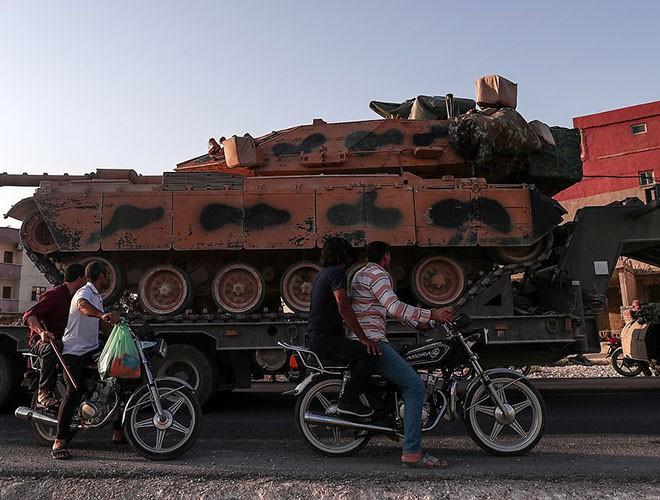 Quân đội Syria hợp lực với người Kurd, Thổ Nhĩ Kỳ tấn công xe chở người nước ngoài - Ảnh 18.