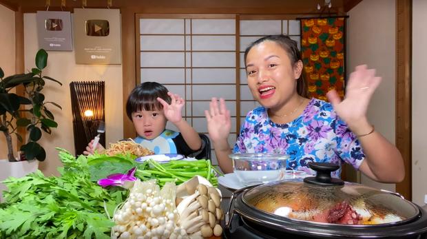 Nữ Youtuber người Việt ở Nhật khiến dân tình chú ý vì clip... chén cả nồi lẩu Thái khổng lồ trong siêu bão Hagibis: Trời đánh tránh bữa ăn chính là đây! - Ảnh 4.