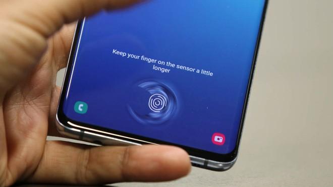 Mang Galaxy S10 đi dán màn hình xong, người phụ nữ hốt hoảng vì bất kỳ ai cũng có thể qua mặt vân tay siêu âm của máy - Ảnh 3.