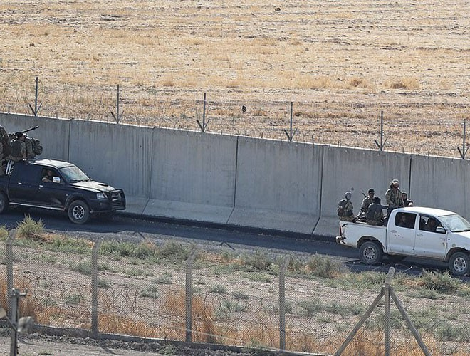 Quân đội Syria hợp lực với người Kurd, Thổ Nhĩ Kỳ tấn công xe chở người nước ngoài - Ảnh 24.