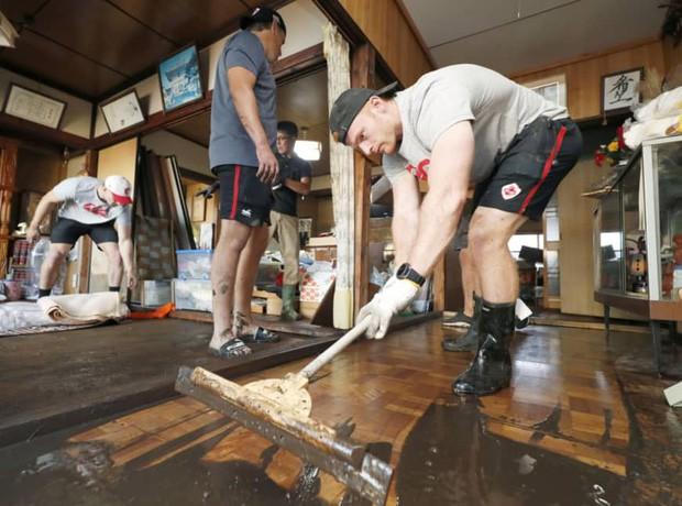 Ấm lòng khoảnh khắc đội tuyển Canada không ngại khó khăn, làm hết sức mình để giúp Nhật Bản khắc phục hậu quả của siêu bão Hagibis - Ảnh 4.
