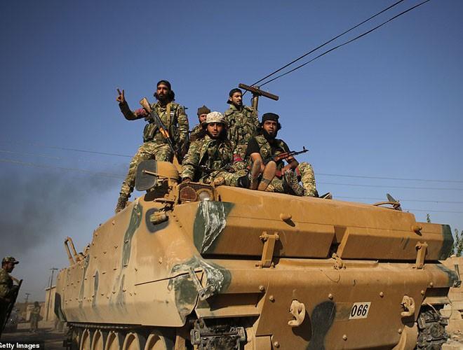 Quân đội Syria hợp lực với người Kurd, Thổ Nhĩ Kỳ tấn công xe chở người nước ngoài - Ảnh 6.