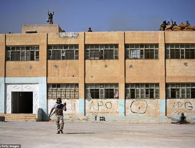Quân đội Syria hợp lực với người Kurd, Thổ Nhĩ Kỳ tấn công xe chở người nước ngoài - Ảnh 9.