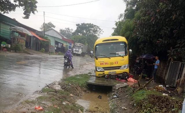 2 vợ chồng trẻ đi xe máy qua đường bị xe khách tông thương vong - Ảnh 1.