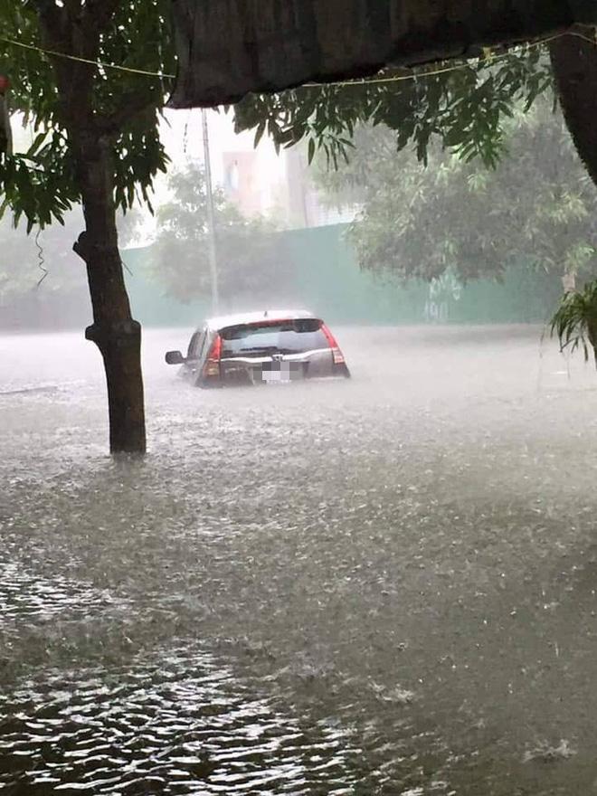 Mưa nhiều ngày ở Nghệ An, nước ngập đến tận giường, đi thuyền trong phố - ảnh 3