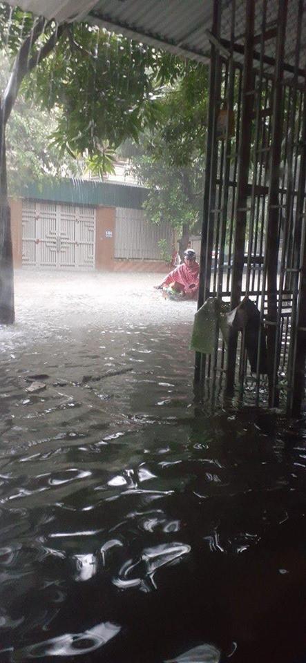 Mưa nhiều ngày ở Nghệ An, nước ngập đến tận giường, đi thuyền trong phố - ảnh 7