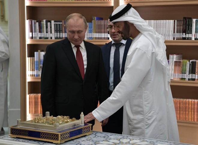 Ông Putin tặng Thái tử UAE loài chim quý của Nga, nhận được cả một tòa lâu đài dát vàng - Ảnh 2.
