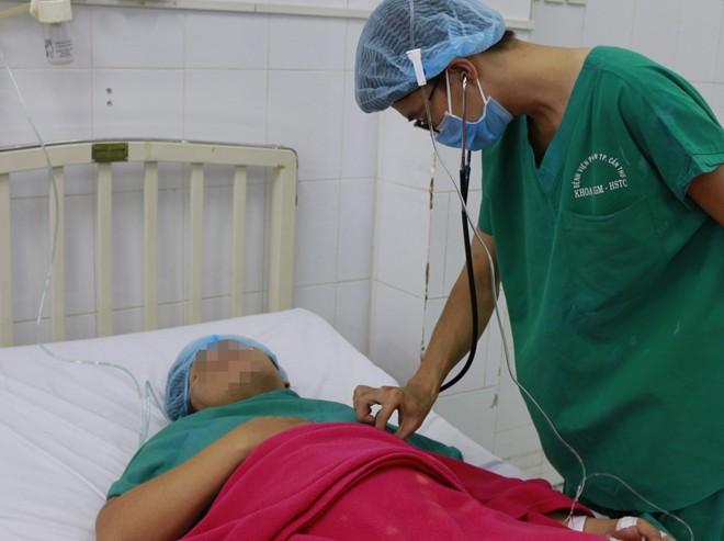 5 phút thần tốc cứu sống trường hợp sản phụ song thai sa dây rốn - Ảnh 2.