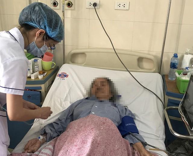 Phẫu thuật cắt bỏ khối u xùi loét má trái, tạo hình thành công cho cụ ông 91 tuổi - Ảnh 5.