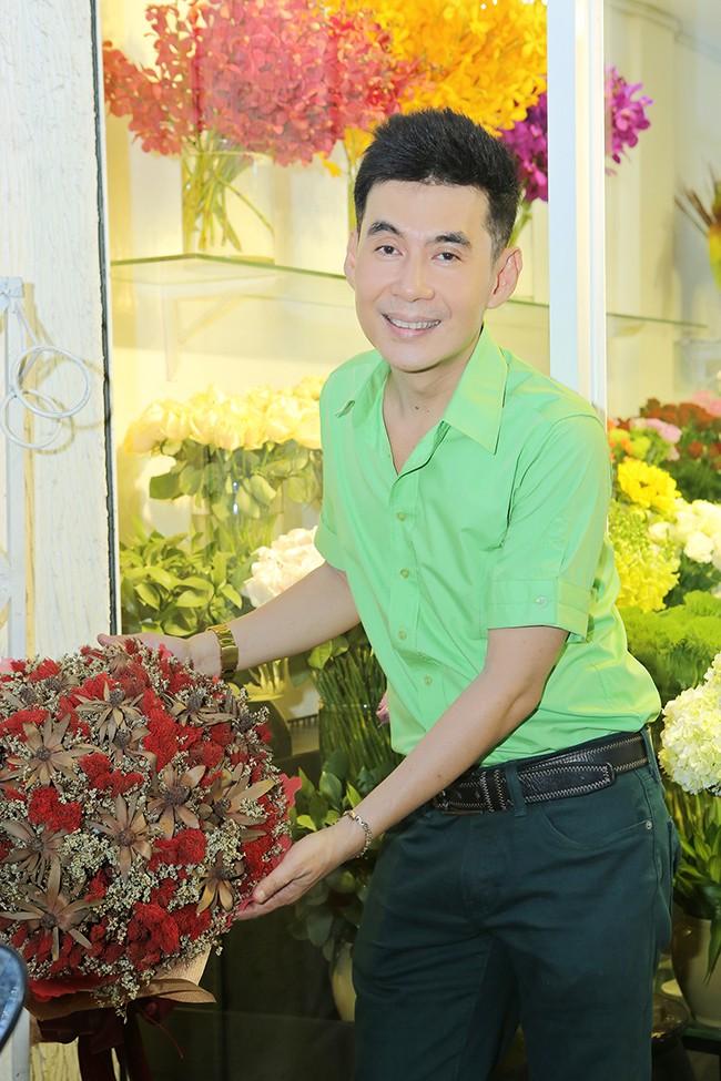 Sao Việt sở hữu nhà, xe tiền tỷ vẫn mặc đồ chợ, đi xe máy, ăn cơm bụi - Ảnh 1.