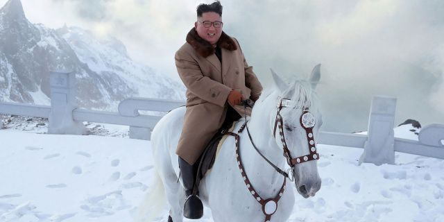 Ông Kim Jong-un oai phong cưỡi bạch mã trên đỉnh núi thiêng, báo Mỹ châm chọc: Bắt chước ông Putin! - Ảnh 3.